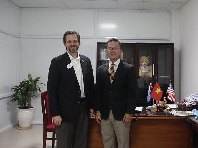 TS. Đỗ Hữu Nguyên Lộc cùng ông Christopher Johnson tiến hành hợp tác chương trình giữa hai trường